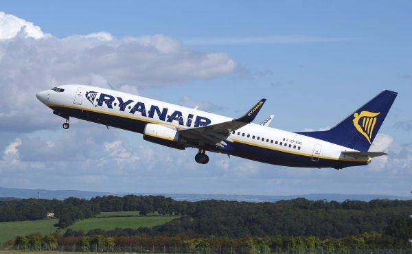 Ryaniar airplane-744876_1280